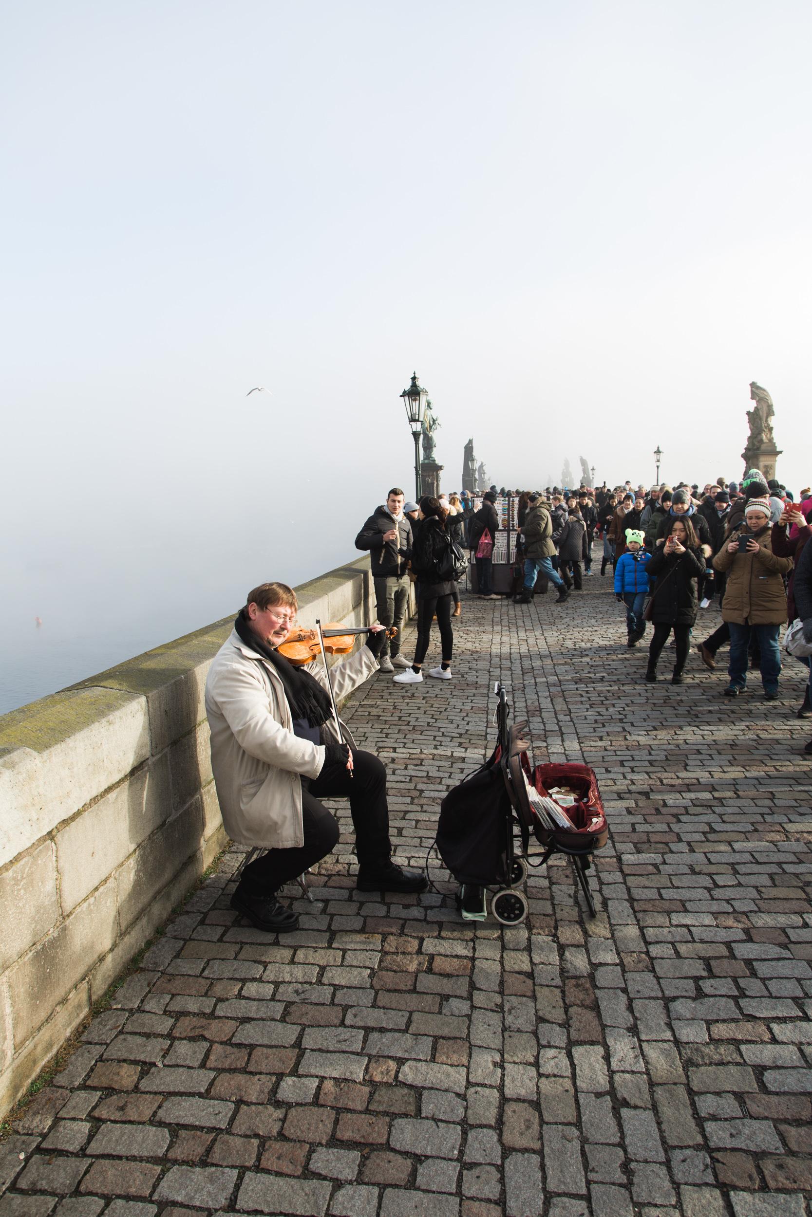 Viooltje spelen op de brug
