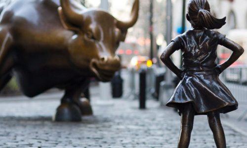 Standbeeld van een dapper meisje wint de harten van New Yorkers