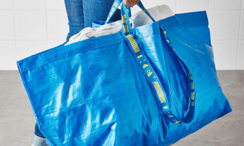 IKEA reageert met humor op modemerk dat iconische blauwe tas kopieert