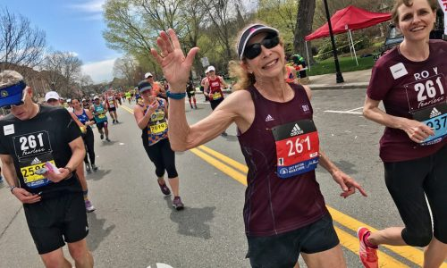 De eerste vrouw die 50 jaar geleden de Boston Marathon rende, flikt het weer