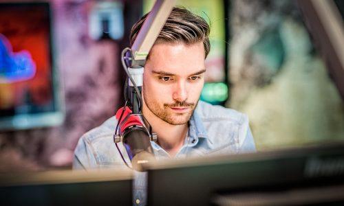3FM-dj Domien Verschuuren leeft een week zonder smartphone. Wat hoopt hij te leren?