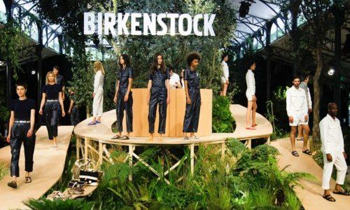 Birkenstock gaf zojuist zijn eerste modeshow ooit en het is een ode aan de toerist