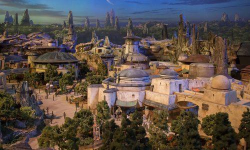 De eerste beelden van Star Wars Land zijn er en fans worden helemaal gek