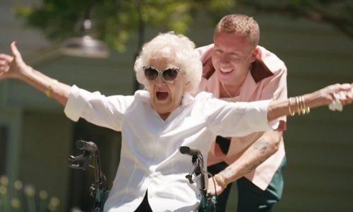 De oma van Macklemore heeft in deze clip een betere verjaardag dan jij
