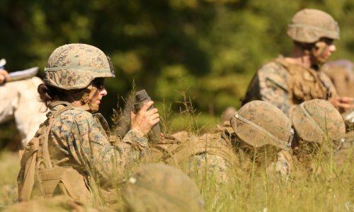 Vrouw schrijft geschiedenis als eerste vrouwelijke Amerikaanse marinier met officiersrang
