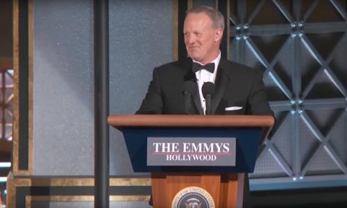 Sean Spicer drijft spot met zichzelf bij spontane Emmys verschijning