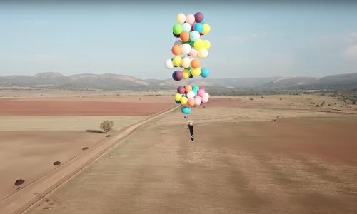 Deze man aan heliumballonnen brengt 'Up' tot leven