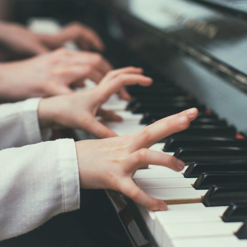 kind bij piano