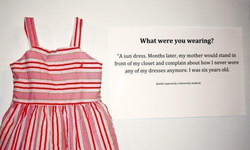 Confronterende expositie over seksueel misbruik beantwoordt de vraag 'Wat had je die dag aan?'