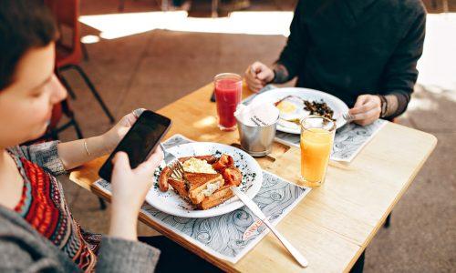 Smartphone verpest de sfeer van een etentje (ook als-ie omgedraaid ligt)