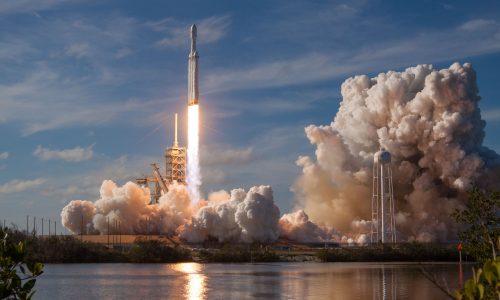 Eerste ruimtetoerist bekend: miljardair zal rondje om de maan vliegen