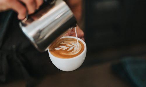 Trillerig gevoel door te veel koffie? Zo kom je daar vanaf