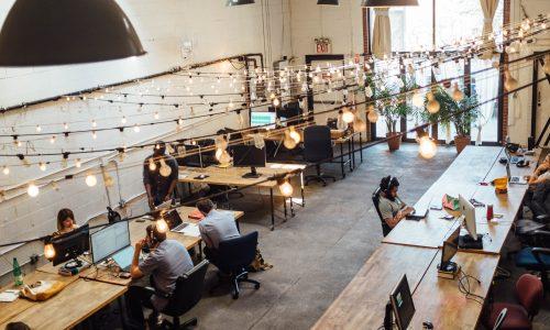 Standing desks niet alleen goed voor houding, ook voor werkprestaties