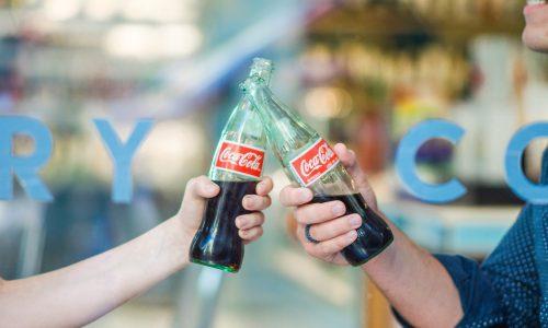 Ophef in Hongarije door Coca-Cola campagne met zoenende mannen