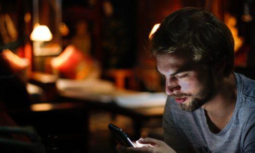 Ook WhatsApp in donkere modus, maar is dat eigenlijk beter?