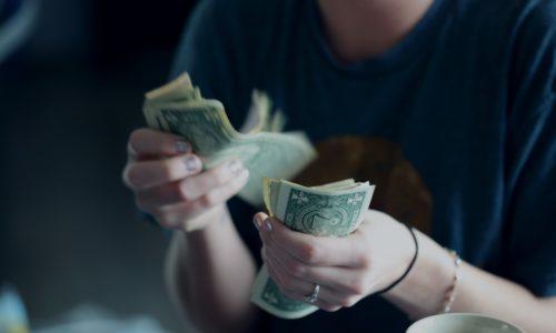 Kwart van de Nederlanders geeft meer geld uit tijdens crisis