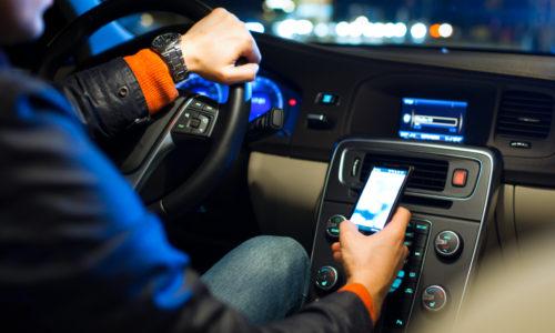 Onderzoek: 7 op de 10 gebruikt mobiele telefoon weleens in het verkeer